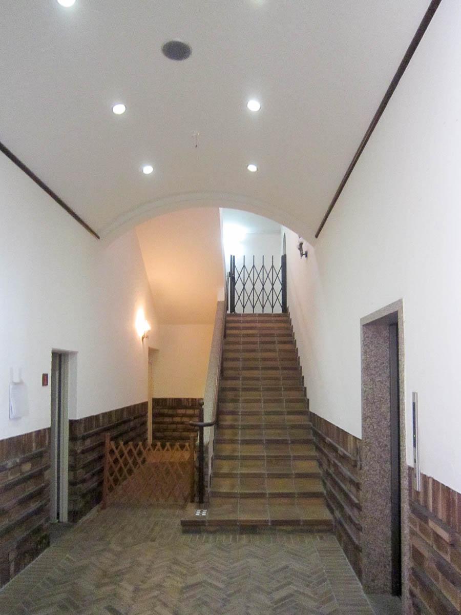 多目的ホール 階段